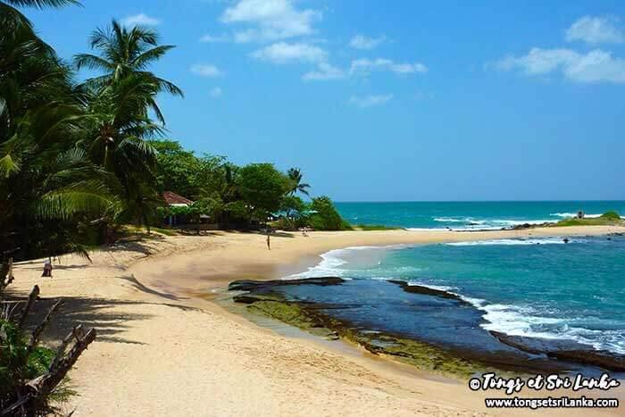 Plage abritée à la sortie de Tangalle au Sri Lanka