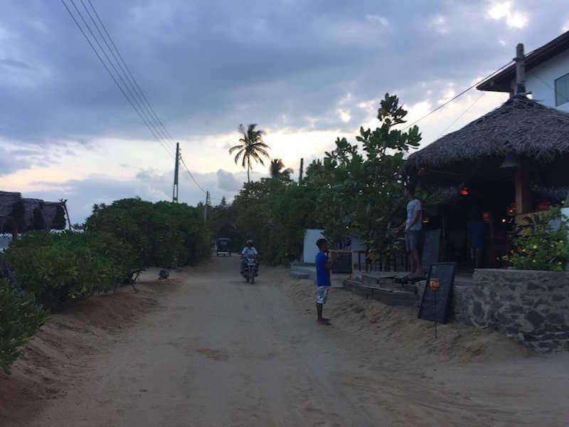 Chemin de la plage à Tangalle à la tombée de la nuit