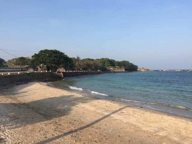 plage-de-trincomalee-pile