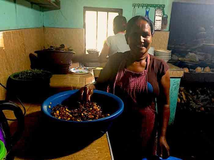 Priyamali-Gedara-cooking