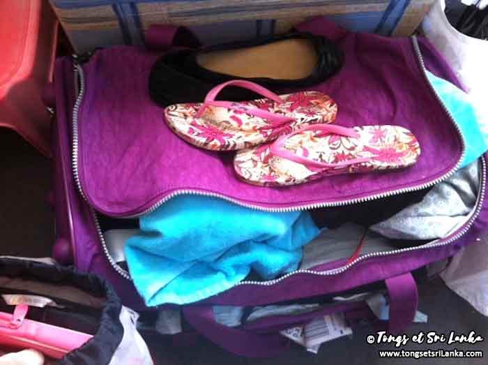 Tongs et valise prêtes pour le Sri Lanka