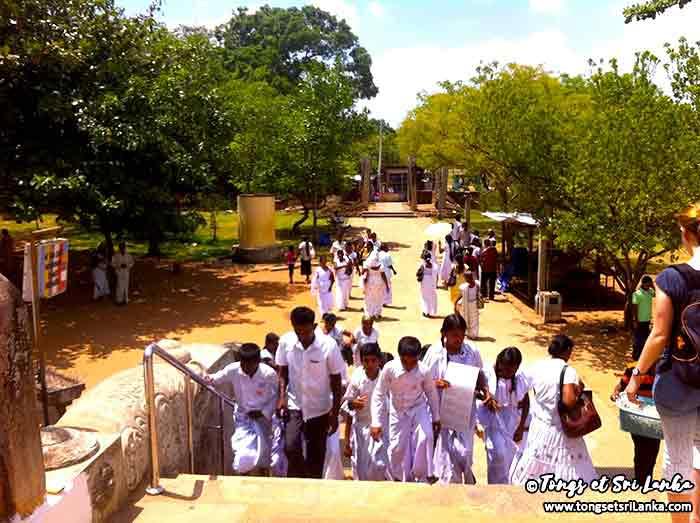 fidèles bouddhiste à Anuradhapura par Tongs et Sri Lanka