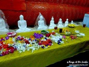 petits bouddha au temple par Tongs et Sri Lanka