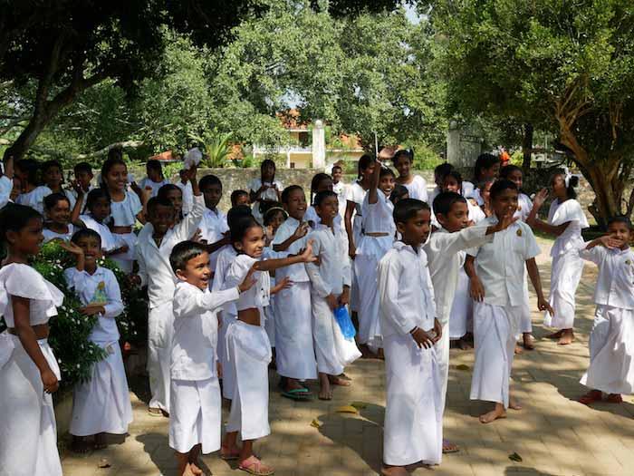 Voyager-au-Sri-Lanka-entre-filles-enfants