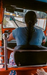 julie conduit un tuk tuk-2